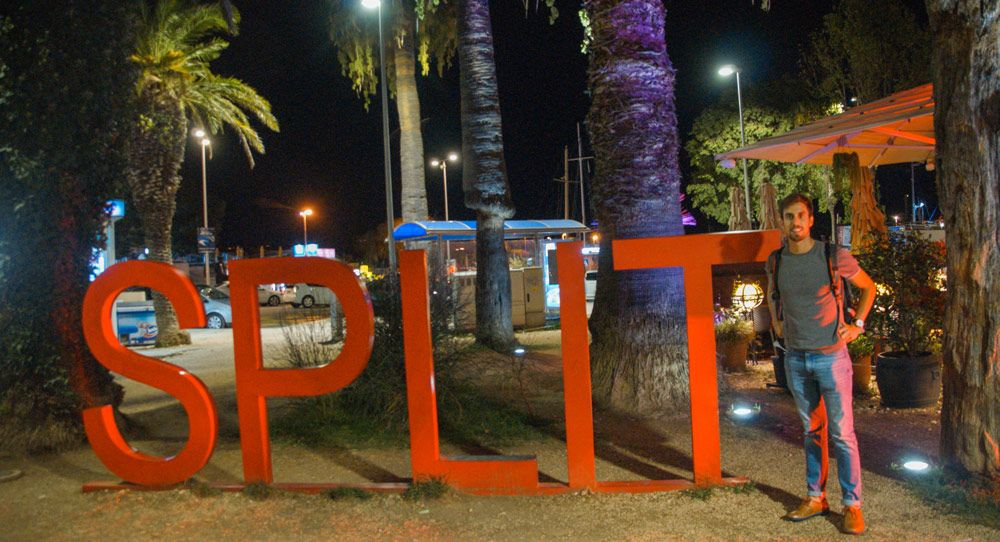Grandes letras rojas de bienvenida a la ciuda de Split