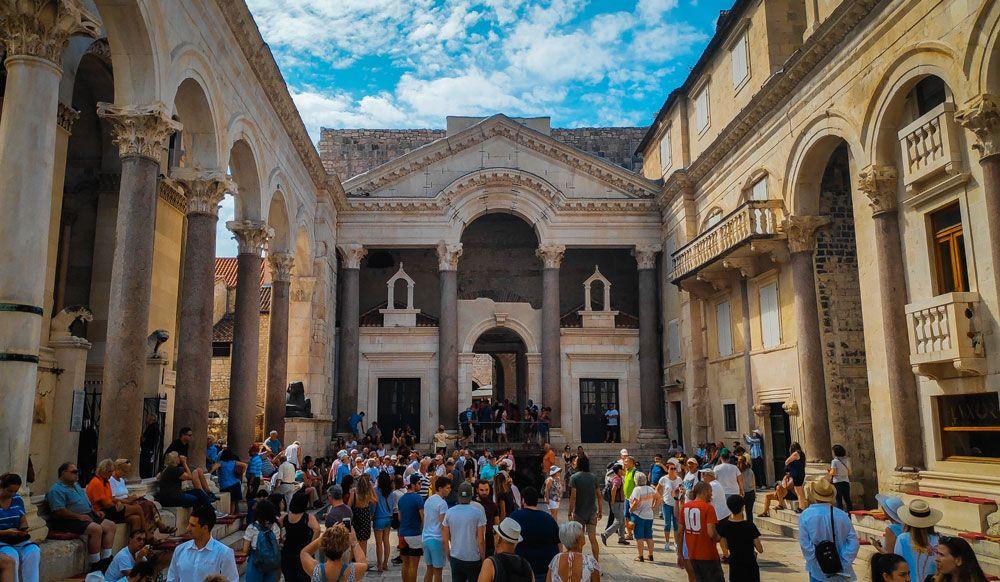 Peristilo del Palacio Diocleciano de Split lleno de gente al mediodía