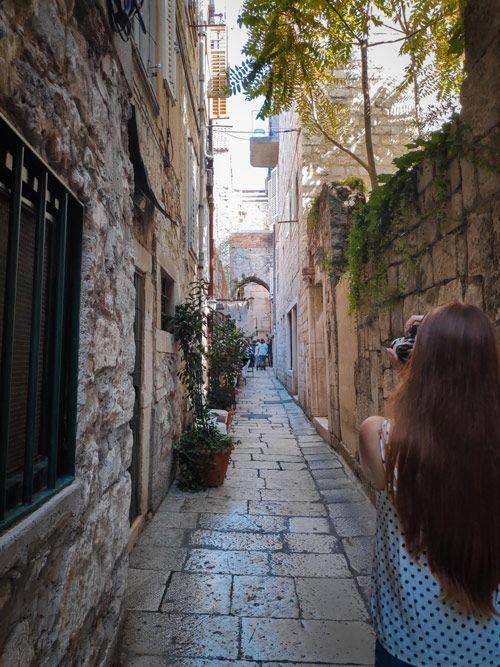 Pequeña calle de piedra sin turismo en el casco antiguo de Split