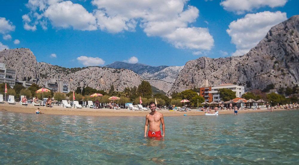 Playa de Omis con las montañas de fondo en Croacia