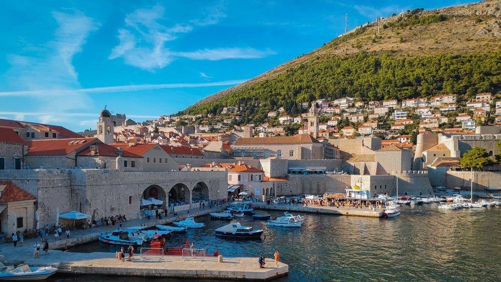 Puerto del casco viejo de Dubrovnik con su embarcadero y la montaña Srd de fondo