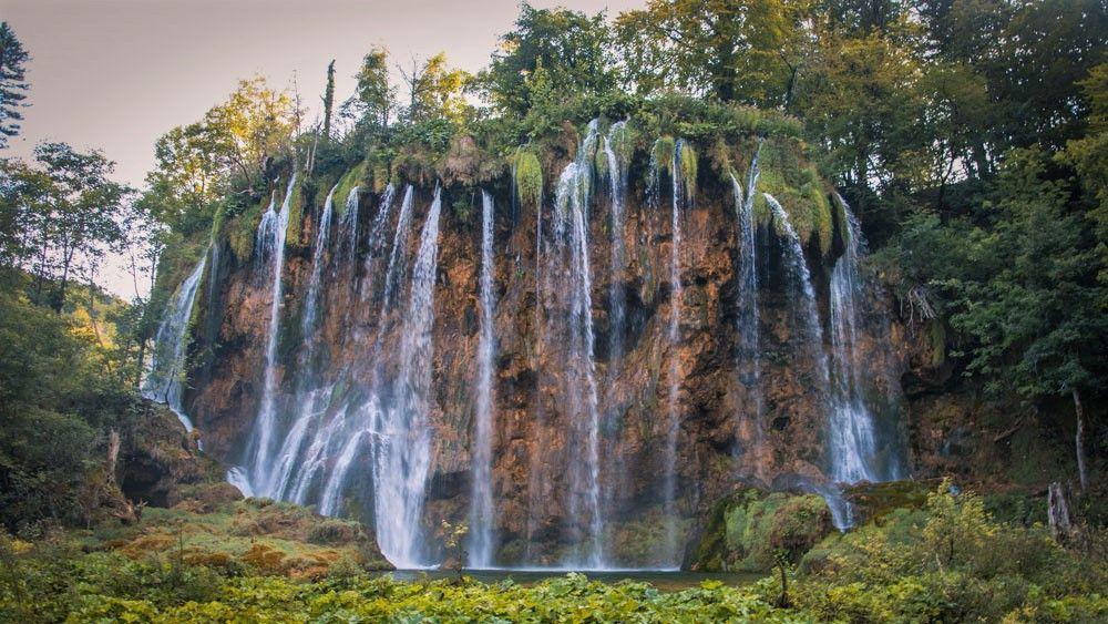 Varios saltos de agua en una gran roca en los Lagos de Plitvice