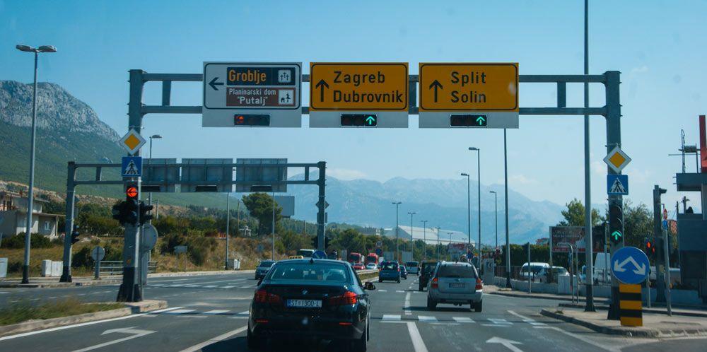 Señales en la carretera para indicar la dirección hacia Dubrovnik