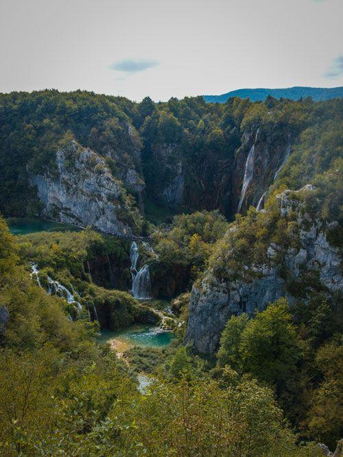 Valle principal del Parque de los Lagos de Plitvice con las cascadas al fondo
