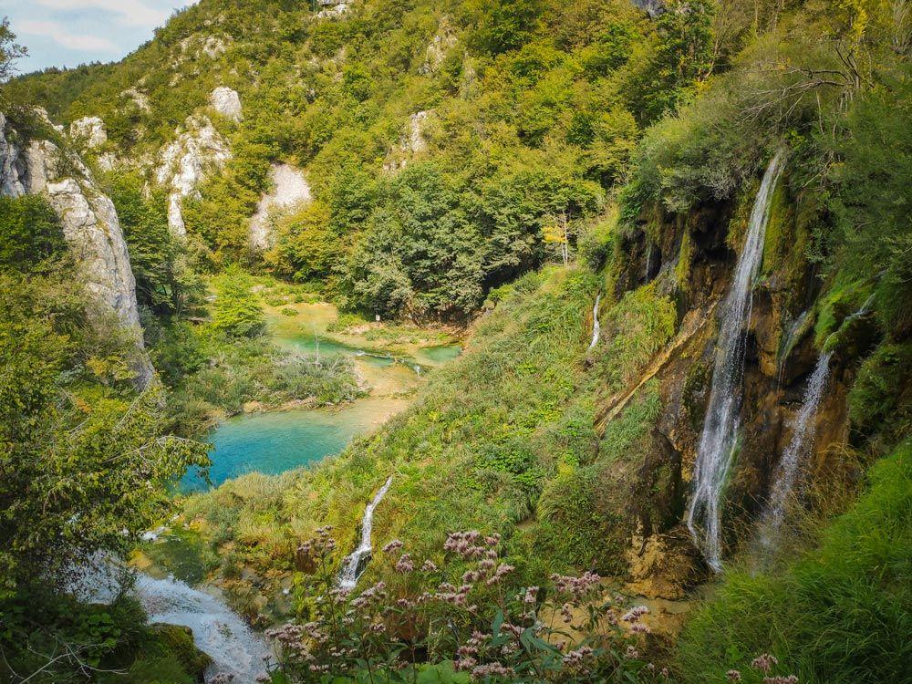 Valle con lago y cascada a la derecha en los Lagos de Plitvice