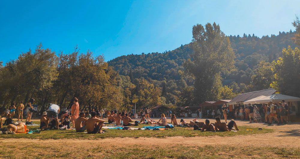Gente descansando con toallas en el suelo en el Parque Nacional Krka en Croacia