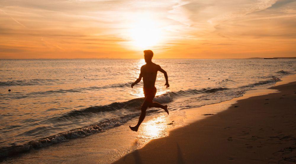 persona corriendo por la Playa Son Bou