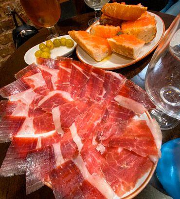 es imprescindible probar el jamon iberico durante tu visita a madrid