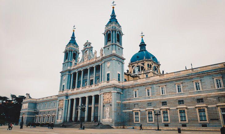 visita a la catedral almudena durante nuestra escapada a madrid de tres días