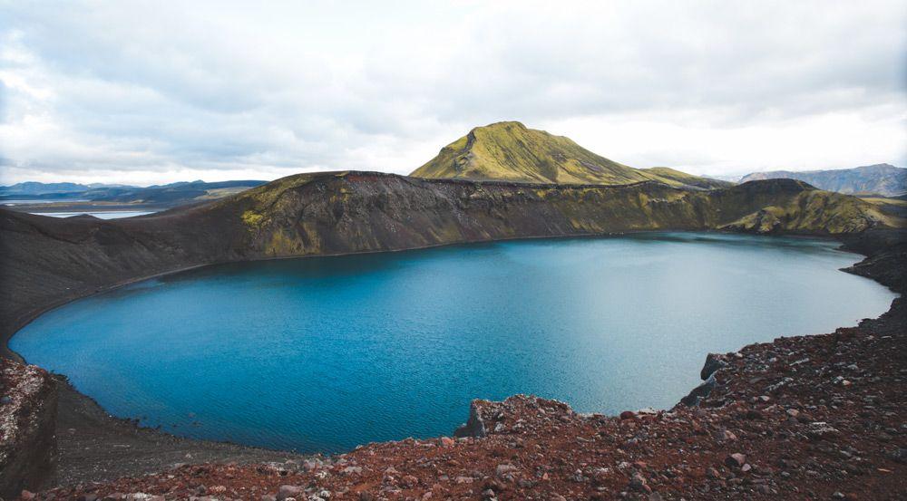 visitando el crater de las tierras altas de islandia