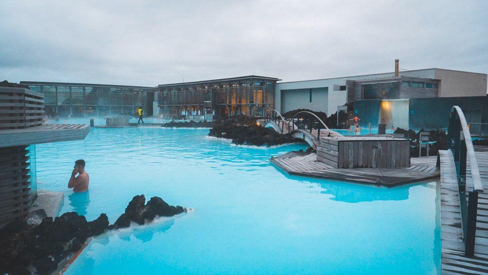Los baños termales de Islandia son una forma de viajar por libre en Islandia