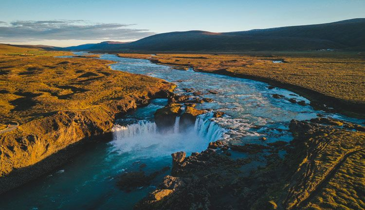 La cascada Godafoss iluminada en verano